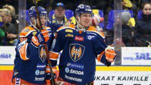 Tapparan Niko Ojamäki ja Anton Levtchi juhlivat joukkueensa 1-0-maalia