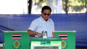 Pääministeri Prayuth Chan-ocha äänestämässä.