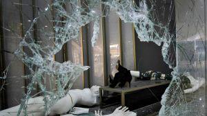 Rikkoutunut kaupan ikkuna Venezuelassa.