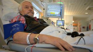 Maskulainen Pekka Koskinen käy säännöllisesti hoidossa Vakka-Suomen sairaalassa.