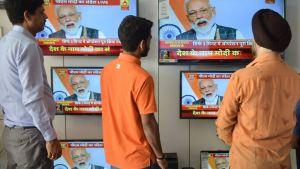 Intialaismiehet katselivat pääministeri Narendra Modin televisiopuhetta Amritsarin kaupungissa keskiviikkona. Intia laukaisi ensimmäisen satelliittienvastaisen ohjuksensa.