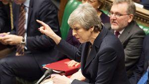 Theresa May puhumassa parlamentin alahuoneessa keskiviikkona.