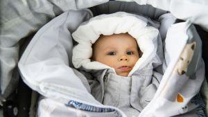 vauva äitiyspakkaus vaatteissa