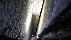 Israelilainen luolatutkija Yoav Negev Sodomvuoren suolatunnelissa.