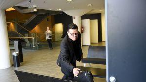 Poliisijohdon virkarikosjutun käsittely Helsingin käräjäoikeudessa, Jari Aarnio menossa istuntosaliin.