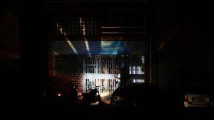 Kauppaa valaistiin moottoripyörän ajovalolla Caracasissa.