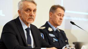 Europolin vakavan ja järjestäytyneen rikollisuuden torjuntakeskuksen johtaja Jari Liukku ja poliisiylijohtaja Seppo Kolehmainen poliisihallituksen tiedotustilaisuudessa.