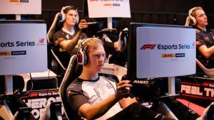 Olli Pahkola ajaa F1 E-sports -sarjan kisoissa vuonna 2018 McLarenin tallissa.