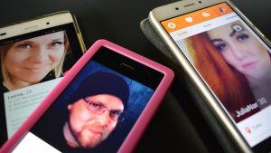 Kolme kännykkää rivissä ja niissä auki nettideittiprofiilit