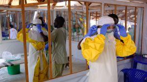 Nainen ebola-eristysvaatteissa