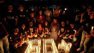 Maailman luonnonsäätiön (WWF) jäsenet ovat sytyttäneet kynttilöitä Bhopalissa, Intiassa.