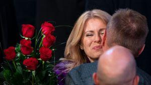 Zuzana Čaputová otti vastaan onnitteluja ja kukkia Slovakian pääkaupungissa Bratislavassa vaalivoittonsa varmistuttua varhain sunnuntaina.