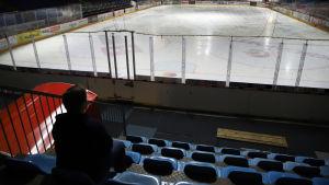 Joonas Komulainen Vaasan jäähallin katsomossa