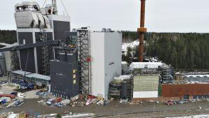 Käytöstä poistuneen Kymijärvi I:n (kuvassa vasemmalla) viereen on rakennettu uusi Kymijärvi III -voimalaitos.