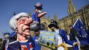 Mielenosoittajat kokoontuivat Lontoossa maanantaina ennen parlamentin äänestystä EU-eroa koskevista vaihtoehdoista.