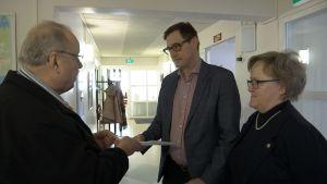 Eero Siltanen luovuttaa adressin Kari Kristerille