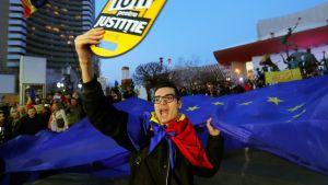 Bukarestissa osoitettiin viikonloppuna mieltä lakiuudistukselle, joka hidastaa korruptionvastaista taistelua. Tuoreen kyselyn mukaan korruption on romanialaisten mielestä merkittävä huolenaihe.