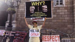 Mies osoittamassa mieltään itsenäisen Katalonian puolesta.