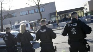Poliiseja Dresdenissä.