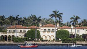 Rannikkovartiosto partioi presidentti Donald Trumpin loma-asunnon Mar-a-Lagon edustalla viime vuoden huhtikuussa.