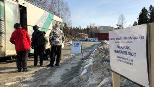 Nurmeksessa äänestettiin ennakkoon kirjastoautossa Hannikaisen aukiolla keskiviikkoaamuna.