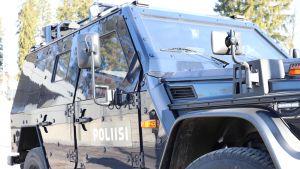 Hämeen poliisilaitoksen ensimmäinen panssaroitu poliisiauto Lahden pääpoliisiasemalla.