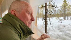 Ari Sääski katselee karhuja karhukopista.