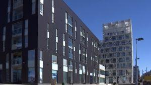 Uusi kerrostalo Jätkäsaaressa.