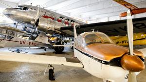 Suomen Ilmailumuseon näyttelyhalli 2 - etualalla kuvassa nähtävillä Piper PA-28R-180.