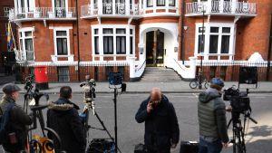 Toimittajia Ecuadorin Lontoon-lähetystön edustalla odottamassa Assangen poistumista.