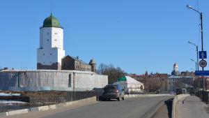Viipurin linna, silta ja taustalla vanhan tuomiokirkon kellotorni