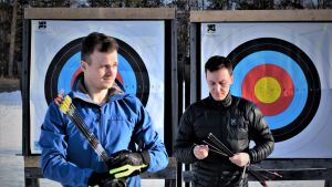 Antti Vikström ja Samuli Piippo Oulun Jousimiesten Hietasaaren jousiampumaradalla huhtikuussa 2019.