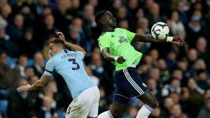 Manchester City Danilo vas. Cardiff City's Oumar Niasse
