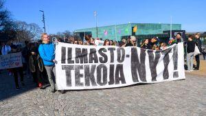 LKS 20190406 Ilmastomarssin osallistujat Eduskuntatalolla Helsingissä 6. huhtikuuta 2019.