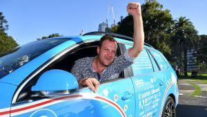 Wiebe Wakker juhlisti saapumistaan määränpäähänsä sähköautollaan Sydneyssä 7. huhtikuuta.