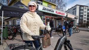 Sirkka-Liisa Hänninen ihastui sähköpyörän vauhtiin heti ensimmäisellä koelenkillä.