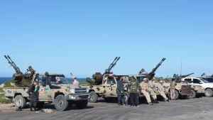 Hallitusta tukevien joukkojen ajoneuvoja, jotka varustettu ilmatorjuntatykeillä.