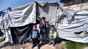 Lapsia Rojn pakolaisleirissä Hasakan lähellä.