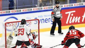 Kanadan Melodie Daoust (oik.) hyökkäämässä, Nicole Bullo (vas.) ja Andrea Brändli maalissa puolustavat.