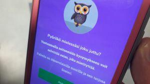 Kuva huolitestin aloituksesta, jossa näkyy puhelimen näytöllä pöllö ja tietoja siitä, että palvelu on tarkoitettu itäsavolaisille nuorille.