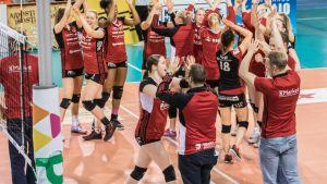 Woman Volley tuulettaa voittoa Puijo Wolleysta 7. huhtikuuta.