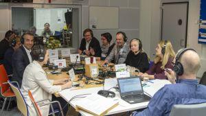 Kuvaa studiosta radio Suomen vaalitentistä 8. huhtikuuta.