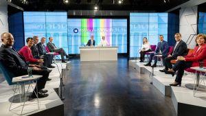 Puolueiden puheenjohtajat Ylen vaalitentissä.