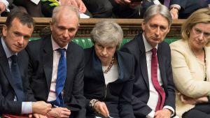 Pääministeri Theresa May kuvattuna viikottaisessa istunnossa parlamentin alahuoneessa parlamentin 3. huhtikuuta jakamassa kuvassa.