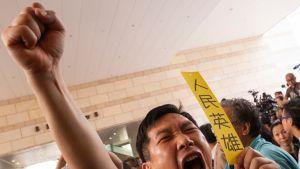 Demokratiaa vaativa aktivisti tuomioistuimen edessä Hongkongissa 9. huhtikuuta.