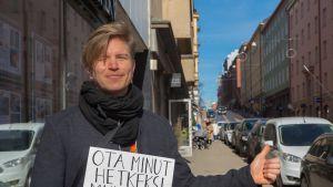Lauri Jäntti kaupunkiliftaa.