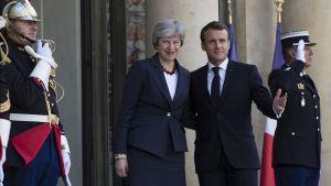 Ranskan presidentti Emmanuel Macron ottaa Britannian pääministerin Theresa Mayn vastaan Elysee-palatsissa Pariisissa.