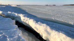 Jäähän muodostunut railo.