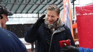Antti Häkkänen tapaamassa äänestäjiä Pieksämäen torilla
