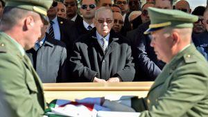 Algerian asevoimien komentaja Gaed Salah upseeritoverinsa hautajaisissa.